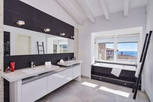 Hochwertiges Hauptschlafzimmer mit Badewanne