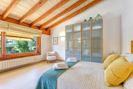 Charmantes Schlafzimmer mit Panoramafenster
