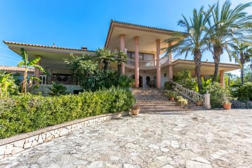 Hollywood auf Mallorca - Prachtvoll und charmant: Renovierungsbedürftige Villa in Inca mit viel Marmor, großen Terrassen, privater Lage und weitem Blick