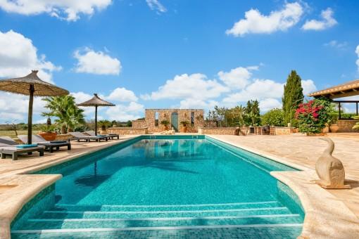 Wundervoller Poolbereich mit mallorquinischer Atmosphäre