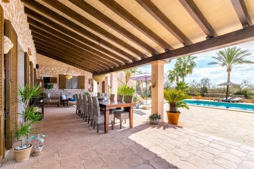 Große überdachte Terrasse und Poolbereich