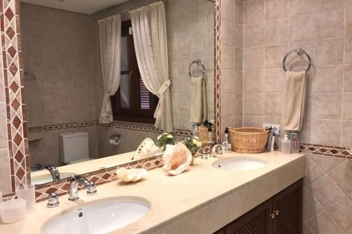Badezimmer en Suite mit Doppelwaschbecken