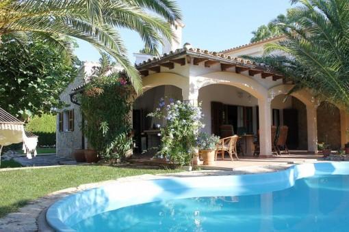 Villa in bevorzugte Wohngegend mit viel Privatsphäre und gepflegten, mediterranen Garten und Pool
