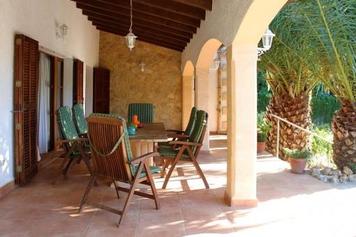 Komfortable Sitzgelegenheit auf der überdachten Terrasse
