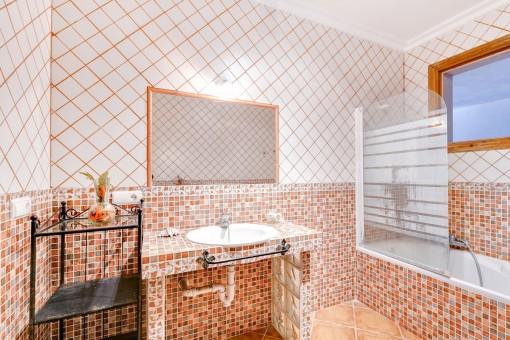 Mediterranes Badezimmer mit Badewanne und Tageslicht
