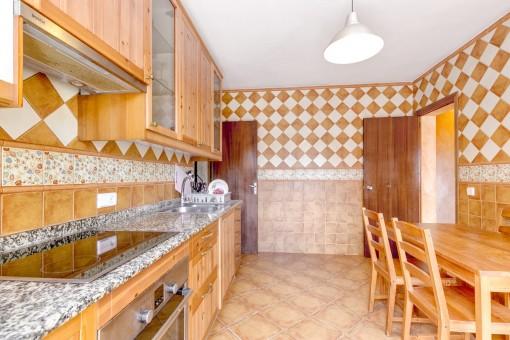 Voll ausgestattete Küche mit kleinem Essbereich