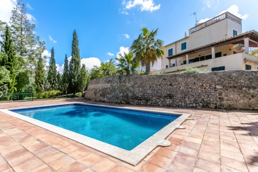 Riesige Terrasse mit 14 x 6 Meter Pool