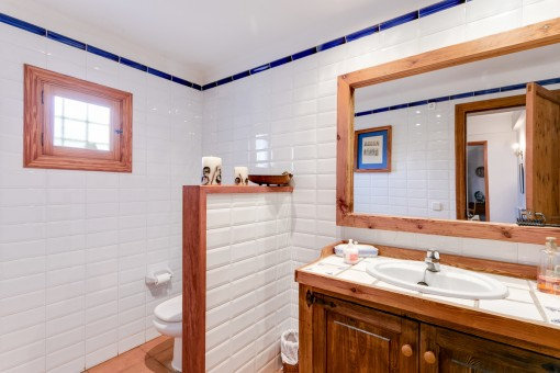 Badezimmer mit Dusche und Holz-Waschtisch