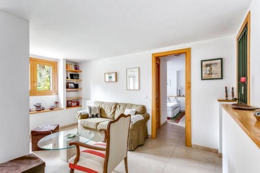Einladender Loungebereich mit Zugang zum Schlafzimmer