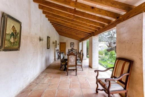 Nebenhasu: überdachte Terrasse mit Essbereich