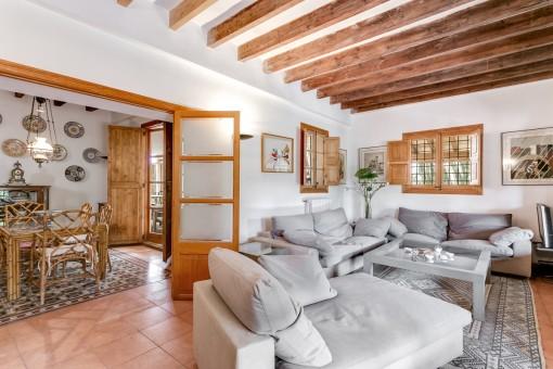 Komfortabler Wohnbereich mit Holzdeckenbalken
