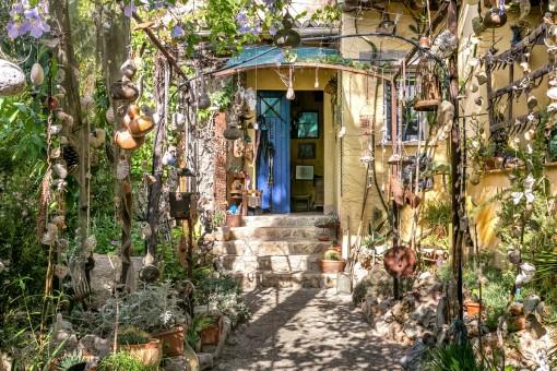 Zwischen Gaudi und Hundertwasser: Villa mit schönen Details und herrlich eingewachsenem Garten