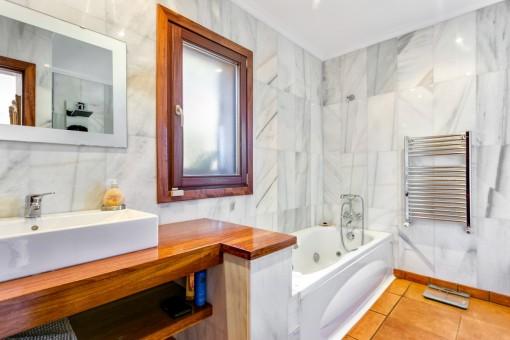 Badezimmer mit Badewanne und Heizung