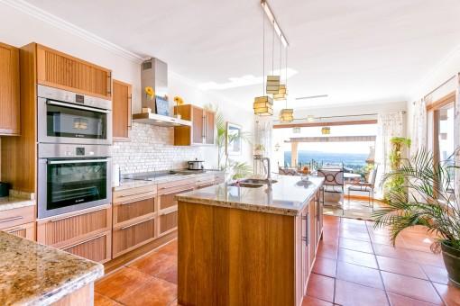 Elegante Küche mit Kochinsel und Panoramafenstern
