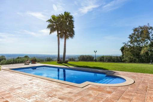 Wunderbarer Pool und Gartenbereich mit spektakulären Ausblick