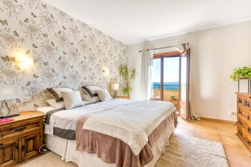 Gemütliches Doppelschlafzimmerm mit Terrassenzugang