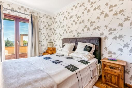 Doppelschlafzimmer mit Tageslicht und Zugang zur umlaufenden Terrasse