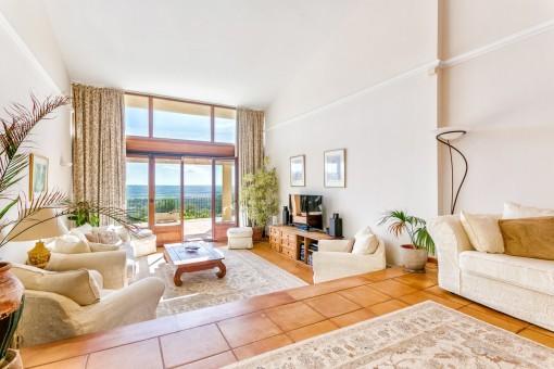 Komfortabler Wohnbereich mit Zugang zur Veranda