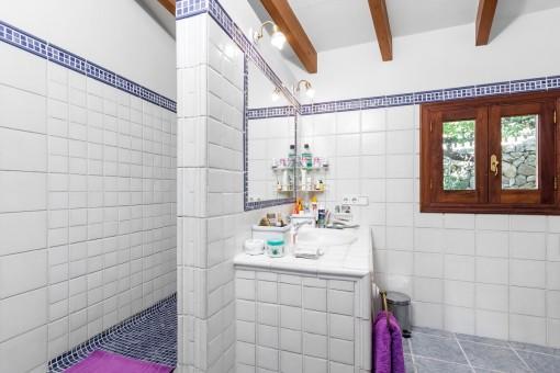 Hauptbadezimmer mit Dusche und Tageslicht