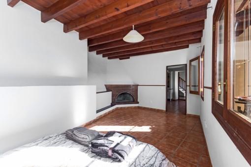 Gästeschlafzimmer mit Kamin
