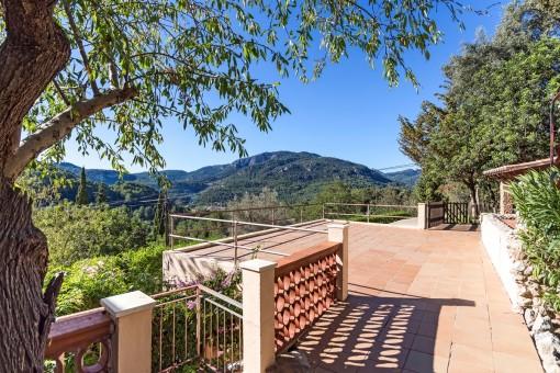 Sonnige Terrasse mit tollem Landschaftsblick