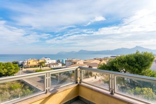 Moderne Villa mit Pool und fantastischen Meerblick über die Bucht von Alcúdia in bester Bauqualität