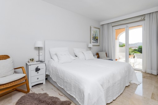 Gemütliches Hauptschlafzimmer mit Terrassenzugang