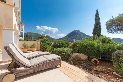 Sonnenterrasse mit kleinen, mediterranen Garten