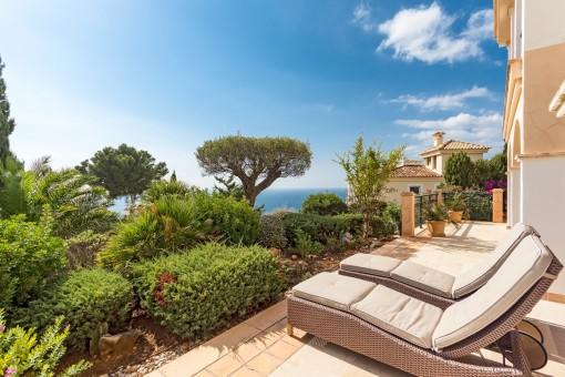 Die Terrasse bietet Sonnenliegen und Meerblick