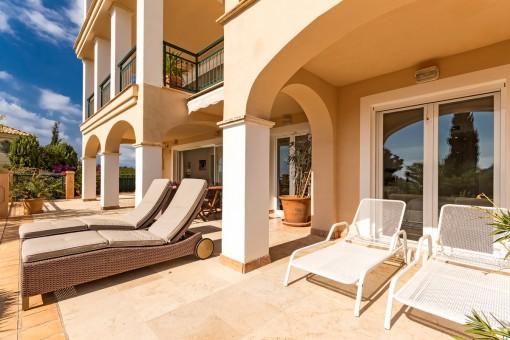 35 qm Terrasse mit verschiedenen Loungebereichen