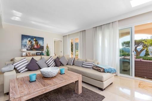 Geschmackvoll eingerichteter Wohnbereich mit Terrassenzugang