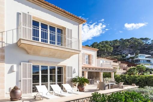 Mondäne Luxusvilla mit Natursteinfassade und überraschendem Interieur in Puerto Andratx
