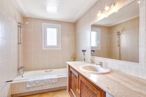 Badezimmer en Suite mit Badewanne und Tageslicht
