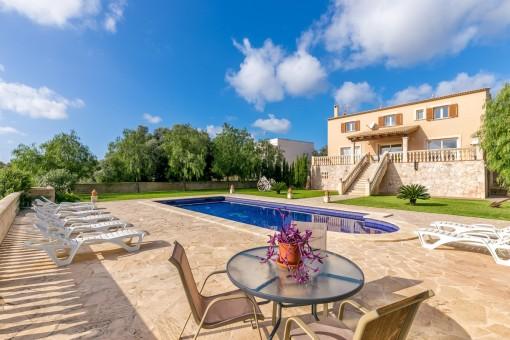 Idyllischer Garten und Poolbereich mit Entspannungsmöglichkeiten