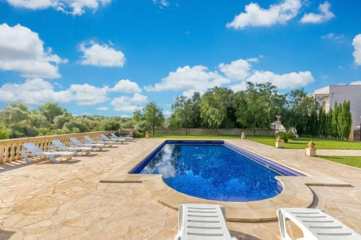 Toller Poolbereich und Garten