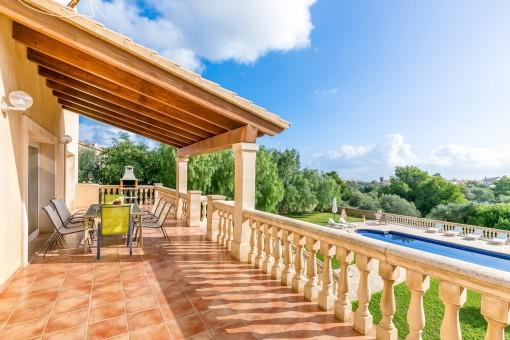 Große Terrasse mit Blick in den Garten und auf den Pool