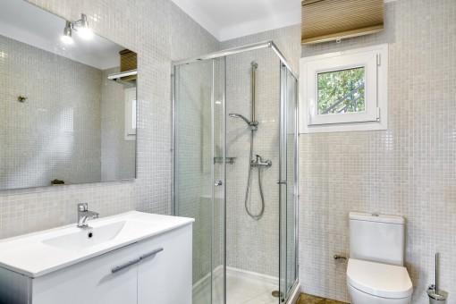 Eines von zwei Badezimmern