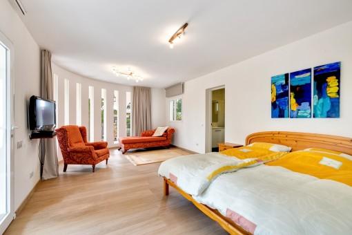 Schlafzimmer im Erdgeschoss mit Tageslicht und Badezimmer en Suite