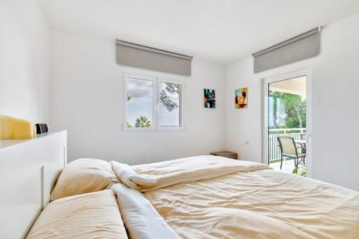 Helles Schlafzimmer mit Balkonzugang