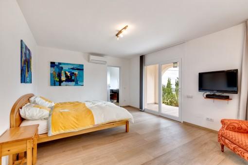 Geräumiges Schlafzimmer im Erdgeschoss mit Zugang zur Terrasse