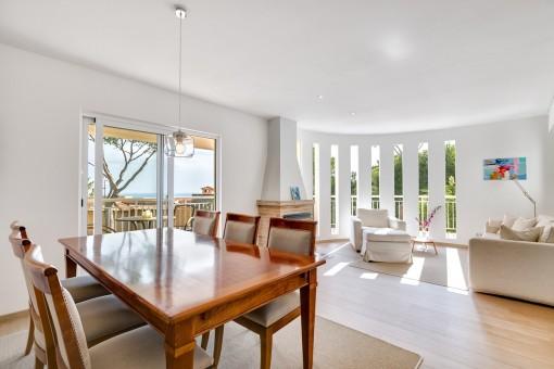 Wundervoller Wohn-und Essbereich mit Balkonzugang