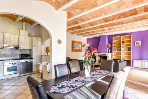 Wohhn-und Essbereich  mit Wohlfühlatmosphäre und halb-offener Küche