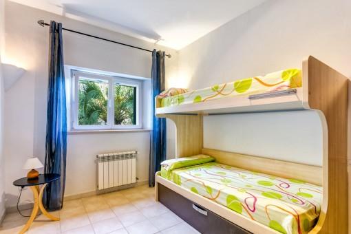 Helles Schlafzimmer mit Hochbett