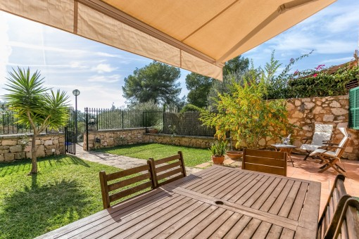 Idyllische Terrasse mit Essbereich und eigenem Garten