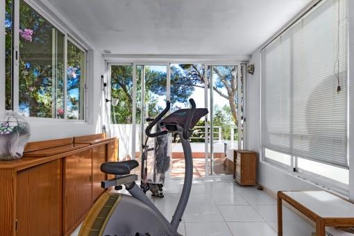 Fitnessraum mit Gartenzugang