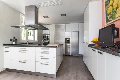 Stilvolle Küche mit Kochinsel