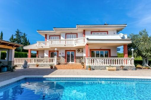 Familien-Villa mit viel Platz für Fahrzeuge und großem Grundstück in Palmanähe