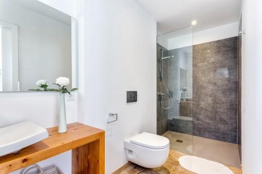 Schlichtes Badezimmer mit begehbarer Dusche