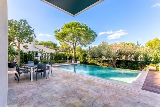 Schöner Poolbereich im Garten