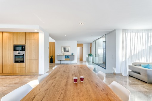 Lange Tafel im Wohnbereich